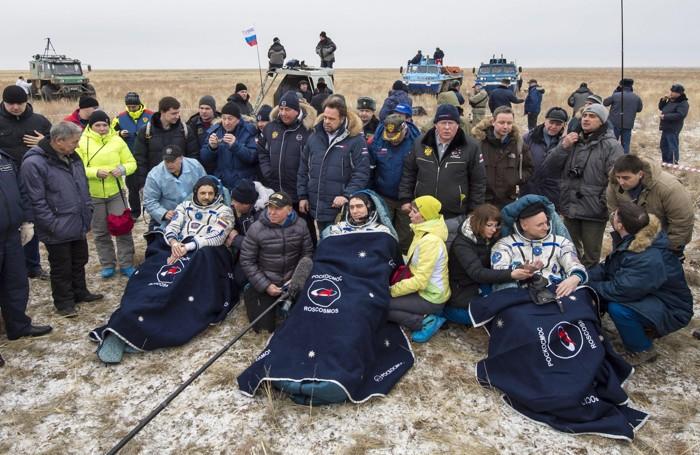 L'equipaggio della Soyuz appena atterrato in una remota area del Kazakistan, vicino alla città di   Zhezkazgan
