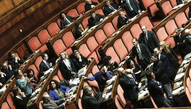 Mutui: Camera, protesta M5s in aula