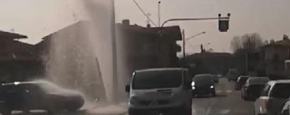 Tagliuno, salta un tubo in strada e parte la «fontana» - Guarda il video