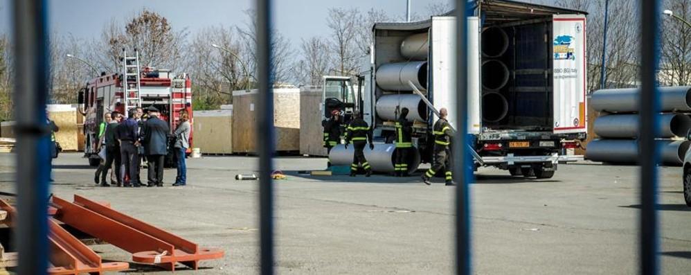 Travolto dai tubi che stava scaricando Muore camionista 60enne a Stezzano