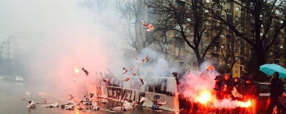 Protesta degli ultras dell'Atalanta fuori dalla Gazzetta dello Sport