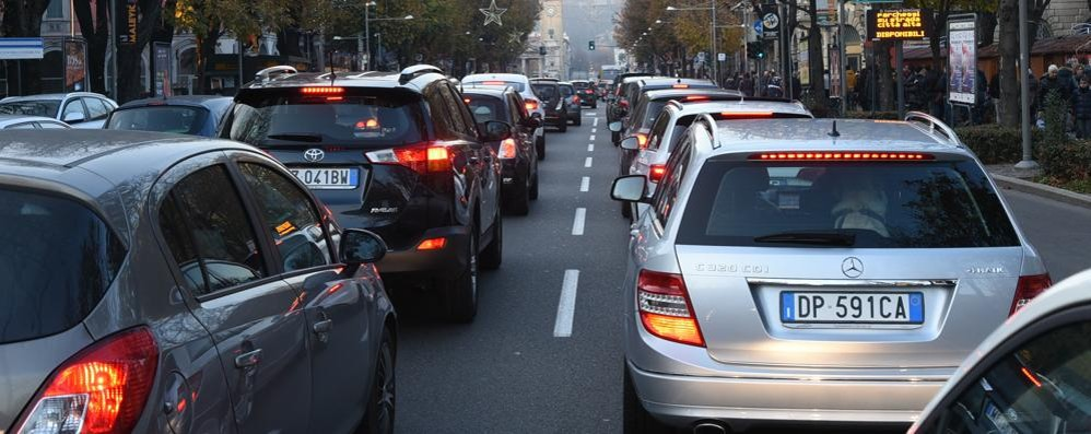 Città assediata dal traffico Bus mezzi vuoti e furgoni mezzi pieni