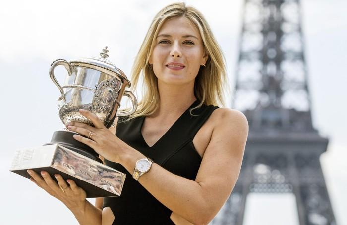 Maria Sharapova con la Coppa per il titolo vinto al Roland Garros nel 2014 e un orologio Tag Heuer, uno dei ormai ex  sponsor