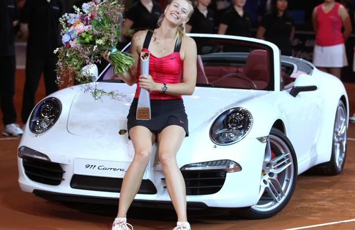 Maria Sharapova con una  Porsche Carrera nel 2012
