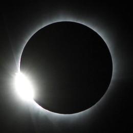 L'eclissi totale di sole, che spettacolo Ecco le immagini dal Pacifico - Foto/video