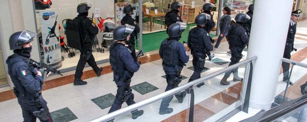 Ecco gli agenti antiterrorismo in azione Il video dei controlli a Oriocenter