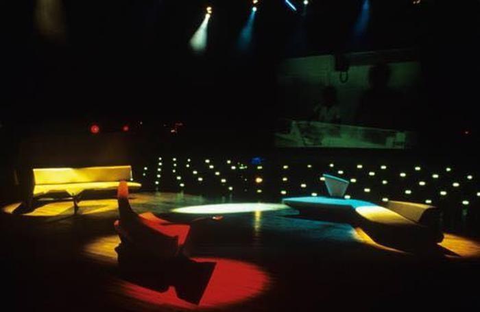 Presentazione divano Wave di Zaha Hadid prod. Edra, presso la Studio 54 in Corso XXII marzo a Milano, 1988.