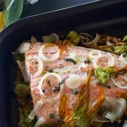 Filetto di salmone  al forno con fiori di zucca