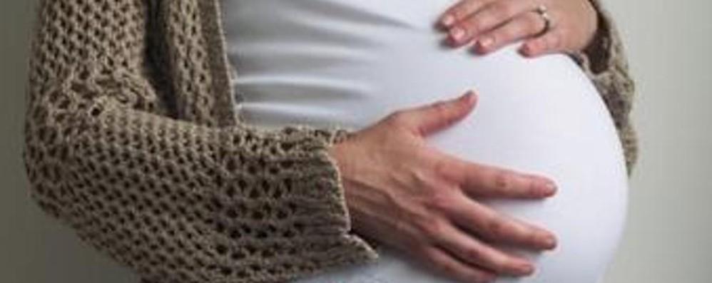 Protesta contro il licenziamento di due impiegate dopo la maternità
