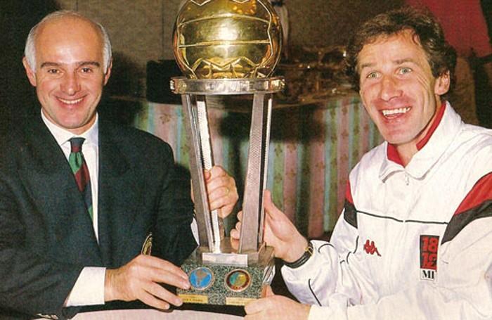 Sacchi e Baresi con la Coppa Intercontinentale. Sacchi ha allenato anche la Nazionale azzurra perdendo la finale dei Mondiali 1990 ai rigori contro il Brasile