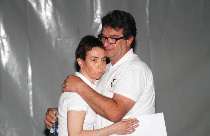 L'abbraccio tra i genitori di Yara, Maura e Fulvio Gambirasio