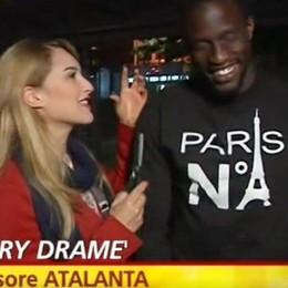 Striscia, intervista a Dramé con «spuntatina» di capelli - Video