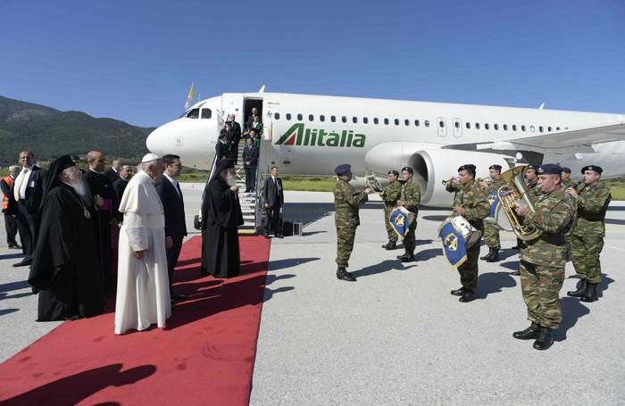L'arrivo del Papa a Lesbo EPA/OSSERVATORE ROMANO