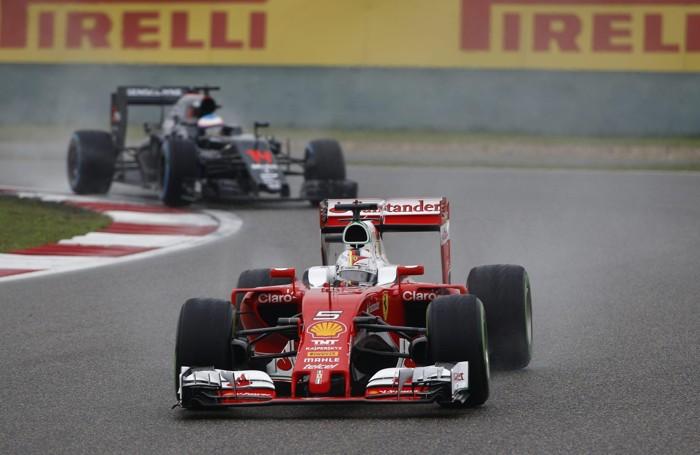 La Ferrari di  Vettel  con Alonso (McLaren-Honda) sullo sfondo