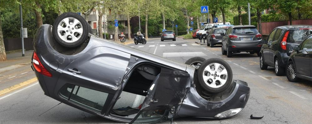 Viale Giulio Cesare, si ribalta una macchina Traffico in tilt, automobilista ferito - foto