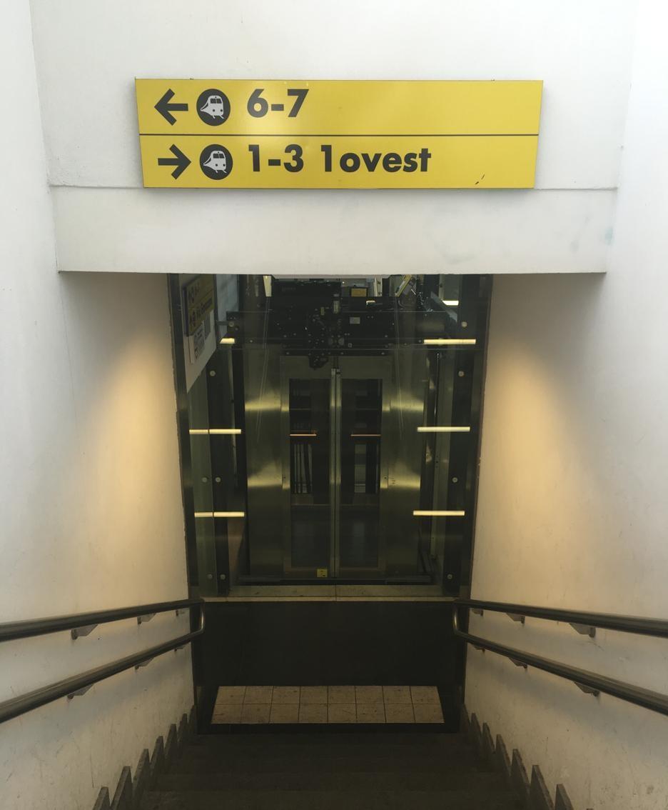 Lo scarso spazio tra scale e ascensori