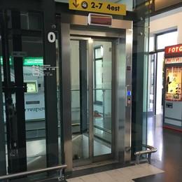 Ostacoli per i disabili in stazione – Foto  «Lavori milionari, ma è tutto uguale al '90»