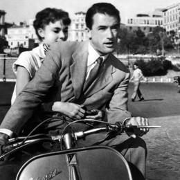 Vespa, il mito italiano compie 70 anni Sempre in sella tra viaggi e film - Video