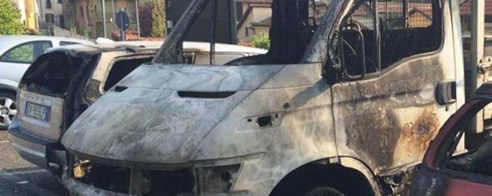 Incendia 10 auto e un autocarro Brivio, i carabinieri arrestano un 48enne