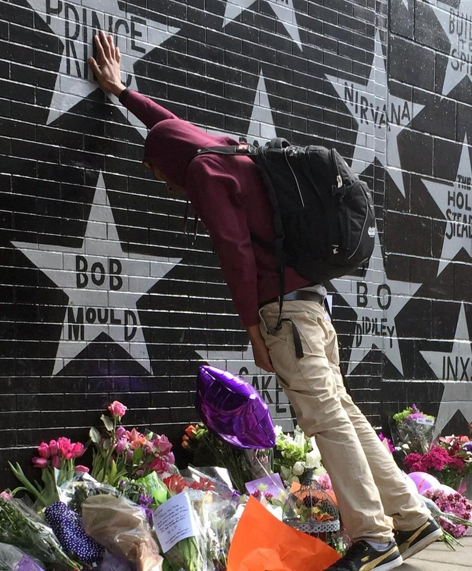 Il dolore di un fan a Minneapolis per la morte di Prince