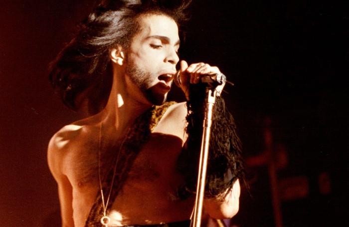 Prince in un concerto benefico del 1990