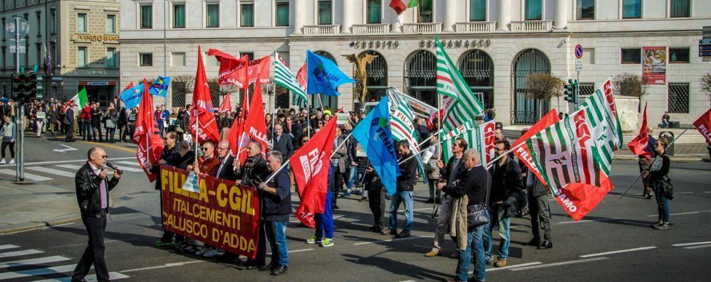 Sabato presidio dei lavoratori Italcementi L'appello: «Aiuti per i ricollocamenti»
