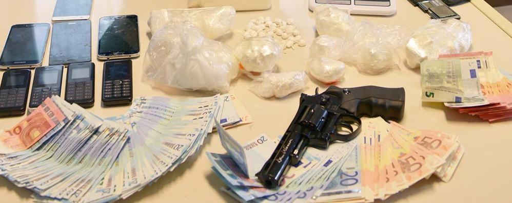 Cocaina, hashish e una pistola finta Blitz a Fara d'Adda: due in manette