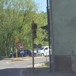 Il semaforo di Colzate e la gita rovinata «Lunghe code per non averlo spento»