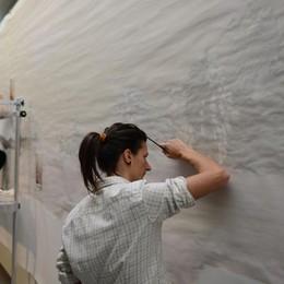 Il tessuto finisce sui muri - foto Gli artisti di Brera lo dipingono a Casnigo
