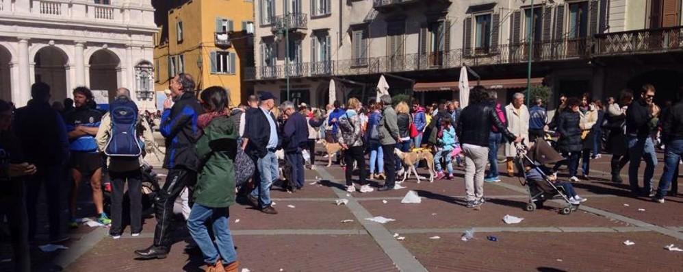 Pienone in Città Alta, quante cartacce  «Bene i turisti, ma serve più rispetto»