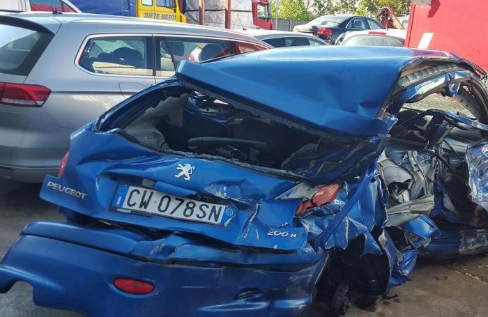 L'auto distrutta dopo lo schianto