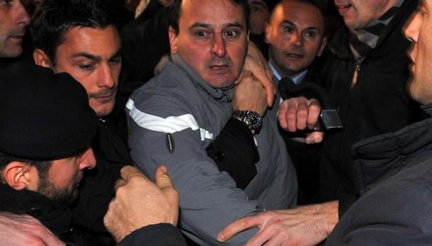 Aggredì Berlusconi, torna libero