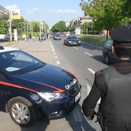 Controlli dei carabinieri in via Carducci