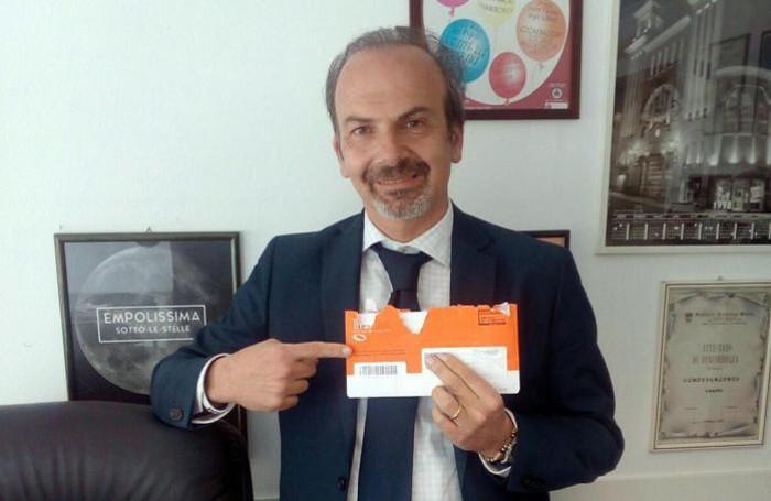 Lapo Contini, 46 anni appena compiuti, di San Miniato di Pisa, sventola la «busta arancione» ricevuta dall'Inps.