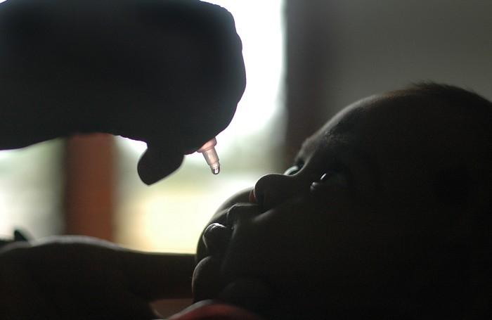 Un bambino vaccinato in India