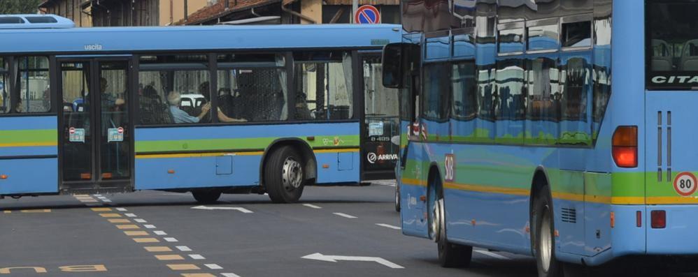 """«Noi in attesa da 50 minuti al freddo e l'autista voleva """"stare da solo"""" sul bus»"""