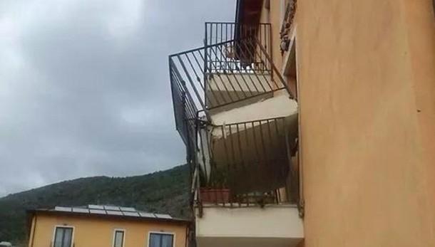 New town L'Aquila, crolla altro balcone