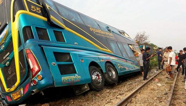 Thailandia: treno contro pullman turisti
