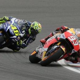 Vince Marquez, cade Lorenzo Harakiri Ducati e Rossi è secondo