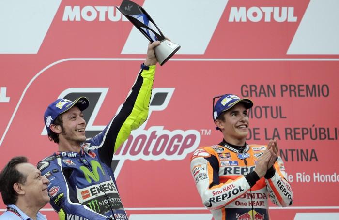 Valentino Rossi , secondo, con a destra il vincitore Marquez