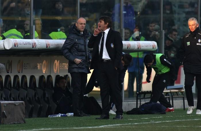 Antono Conte, sulla panchina nerazzurra,  zittisce il pubblico che lo fischia in Atalanta-Napoli 0-2