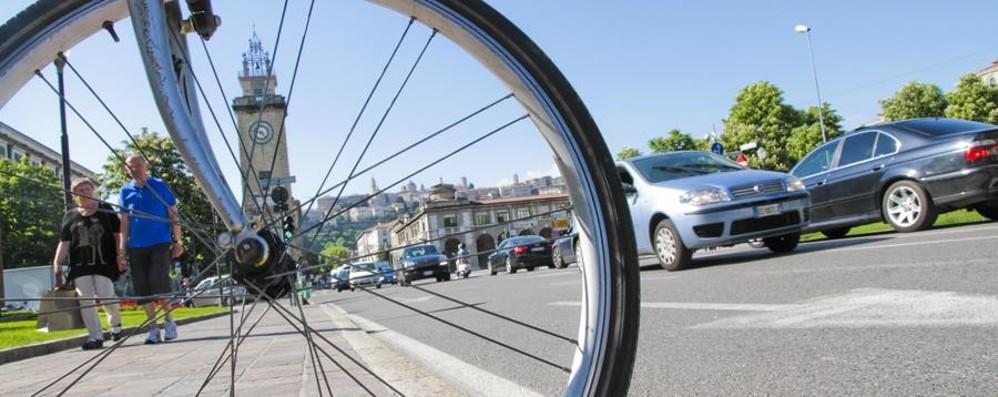 Una strada, 2 o 4 ruote? - Sondaggio La convivenza bici-auto a Bergamo Live
