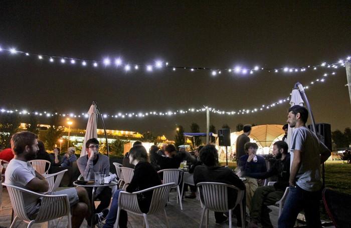Giovani allo spazio estivo del Parco della Trucca di notte