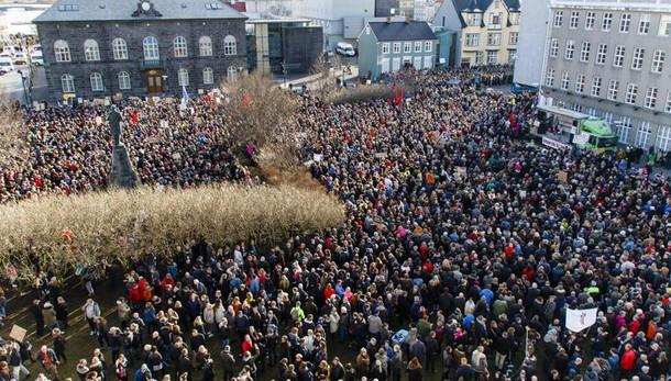 Premier Islanda sotto attacco vuole voto
