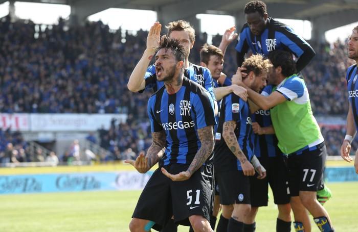 Mucchio nerazzurro dopo il gol di Diamanti in Atalanta-Bologna 2-0 della 30ª giornata