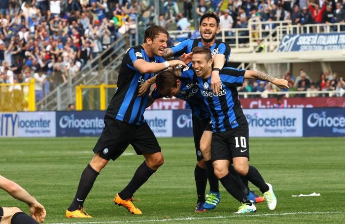 Gomez festeggiato per il gol del  2-1 contro il Milan nella 31ª giornata