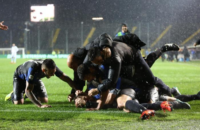 Mucchio nerazzurro dopo il gol di Gomez per il 2-1 alla Lazio nella 10ª giornata