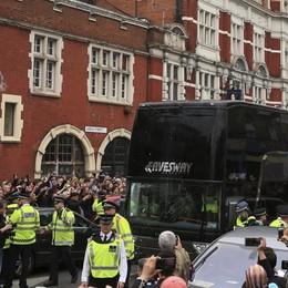 Hooligans assaltano il bus dello United «Fuori a vita dallo stadio» - Video