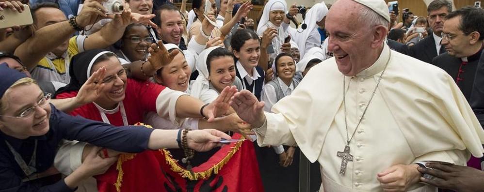 Il Papa: «No a chi ama cani e gatti e lascia senza aiuto il vicino che ha fame»