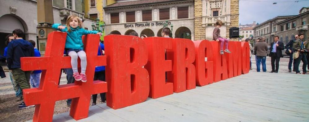 Inaugurata la grande scritta #Bergamo Su L'Eco tutti i selfie - Foto e video
